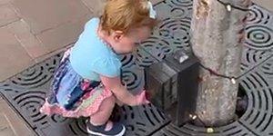Пандемия и наши дети: Малышка принимает различные предметы на улице за санитайзеры для рук (ВИДЕО)