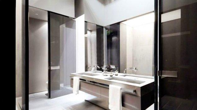 Hazard'ın 17 kez Grammy kazanan ünlü İspanyol şarkıcı Alejandro Sanz'dan satın aldığı evde 10 farklı banyo bulunuyor.