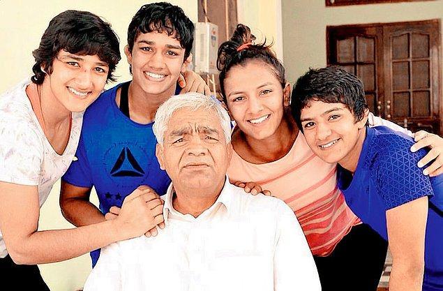 Mahavir Geeta bu hayalleri kursa da ilk kızı Geeta'nın ardından 3 kızı daha olur.