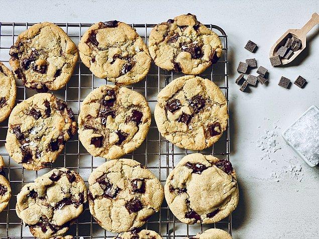 10. Eğer kurabiyelerinizi ilk günkü kadar taze tutmak istiyorsanız kullandığınız kabın içine bir dilim ekmek koyun.