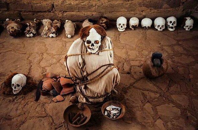 8. Peru'da bulunan Chauchilla Mezarlığı'ndaki cesetler bölgenin çöl olması ve kurak iklim dolayısıyla o kadar iyi korunmuştur ki hala derileri ve saçları bulunmaktadır.
