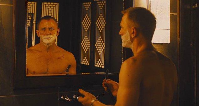 14. Daniel Craig'in Skyfall filmindeki bir sahnede klasik bir tıraş bıçağıyla yaptığı tıraştan sonra, bu tıraş bıçakları satışında %400 bir artış yaşanmıştı.