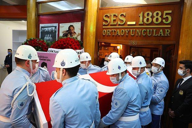 Buradaki törenin ardından cenaze, Öztekin'in profesyonel tiyatro hayatına başladığı Ses Tiyatrosu önünde cenaze aracından indirildi.