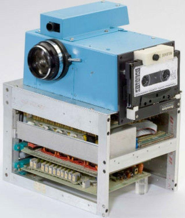 Cihaz karmaşık parçalardan oluşuyordu: Sasson'un icat ettiği cihazda bir dijital kaset kaydedici, bir Super-8 film kamerası, bir analog-dijital dönüştürücü ve devre kartları kullanılmıştı.