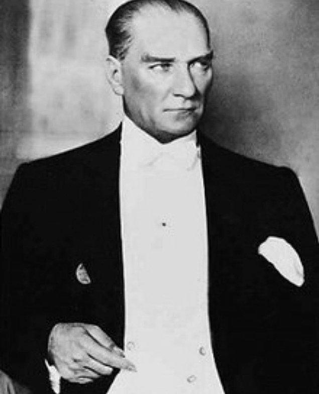 Milli bayramlarımızı Atatürk fotoğraflarıyla kutlamış,