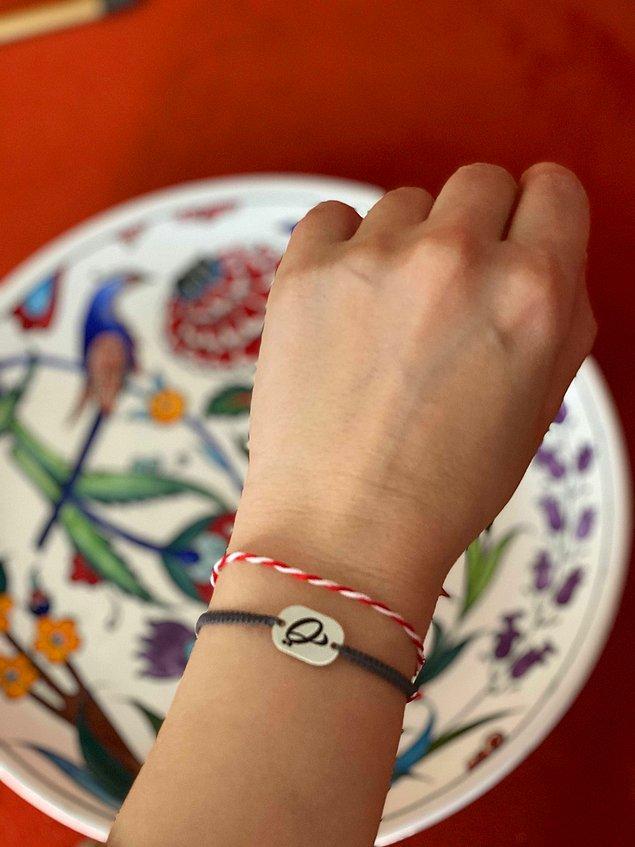 En basit haliyle kırmızı ve beyaz iplerin birbirine dolanarak yapılan Marteniçkalar bileklere takılır Mart ayı boyunca bilekte kalır.