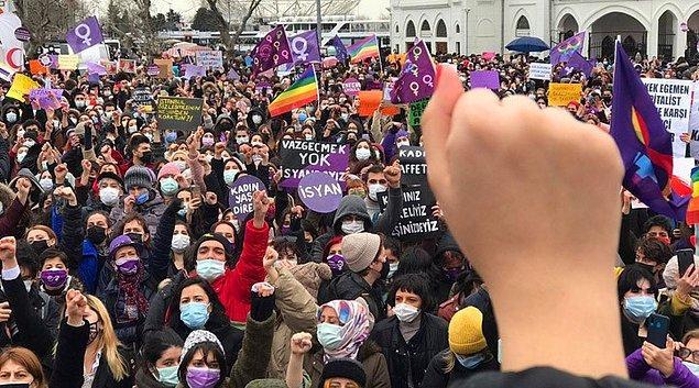 Kadınlar, Kadıköy sokaklarında İstanbul Sözleşmesi'nin feshedilmesini protesto etti.
