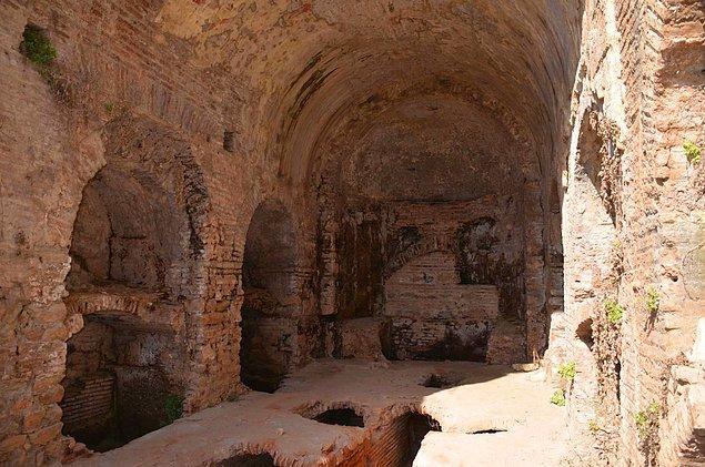 Daha sonra mağaraya giren halk gencin arkadaşlarını sağ ve sakin bir vaziyette görür. Theodosios'a haber verilir, o da mağaraya gelir.