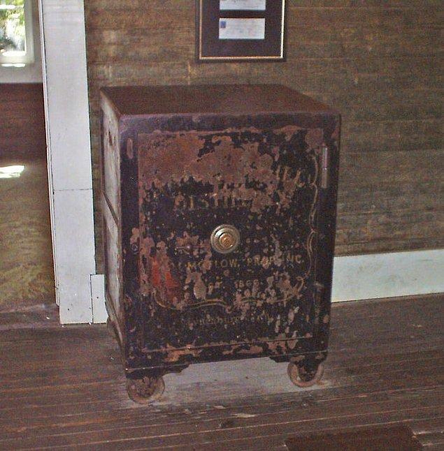 5. Jack Daniel şifresini unutmuş olduğu para dolu bir kasayı açmak için kasayı tekmelemesi ardından enfekte olan ayak parmağı yüzünden öldü.