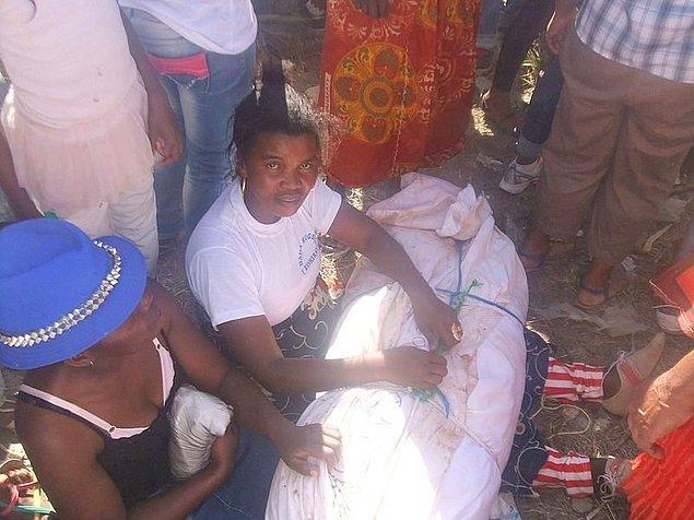 12. Madagaskar'da ölülerle dans ederek, kemiklerin dönüşü olarak da adlandırılan festivalle ölüler onurlandırılıyor ve aile bağları kutlanıyor.