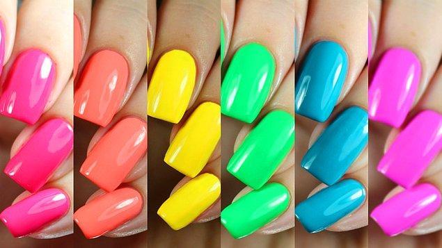 16. Neon ojelerinizin daha parlak görünmesi için kullanmadan önce mutlaka altına açık tonda bir oje sürün.
