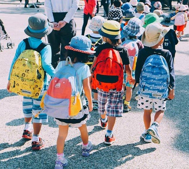7. Japonya'da okula devam oranı %99.99'dur.