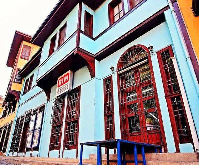 Sadece Konya'daki bu ev değil, ülkenin birçok yerinde tarihi yapıların marketlere ya da kafelere çevrildiğini görebilirsiniz.