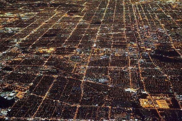 4. Los Angeles, Kaliforniya: İnsan nüfusundan daha çok araba bulundurması ile ünlü.