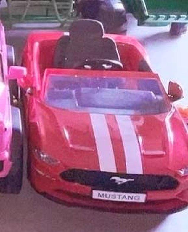 Kırmızı bir Mustang.