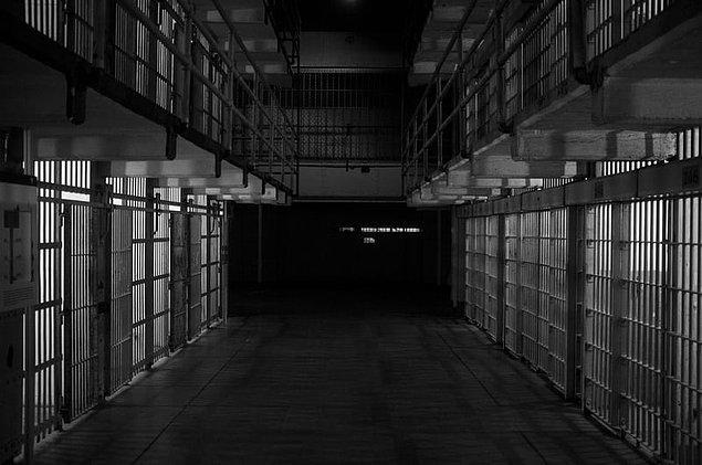 8. Jarrett Adams adında bir adam, işlemediği bir suçtan yaklaşık 10 yıl hapis yatmıştır ve davasını araştırmak için 10 yıl boyunca hapishane kütüphanesine hukuk çalışmıştır...