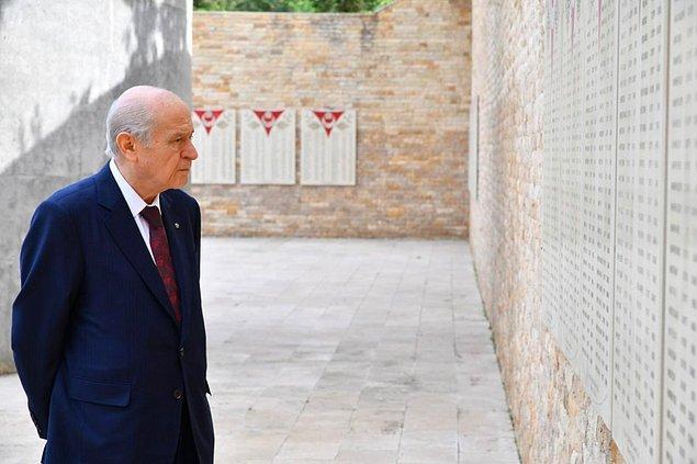 """26 Mayıs 2020'de """"Ülkücü Şehitler Anıtı"""" ziyareti sırasında çekildiği belirtilen fotoğraflarda Bahçeli'nin ellerini arkada bağladığı görülüyor."""