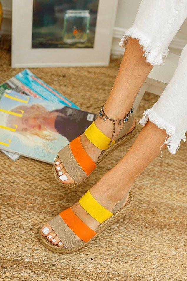 2. Cıvıl cıvıl renkleriyle kalın şeritli rahat bir sandalet...