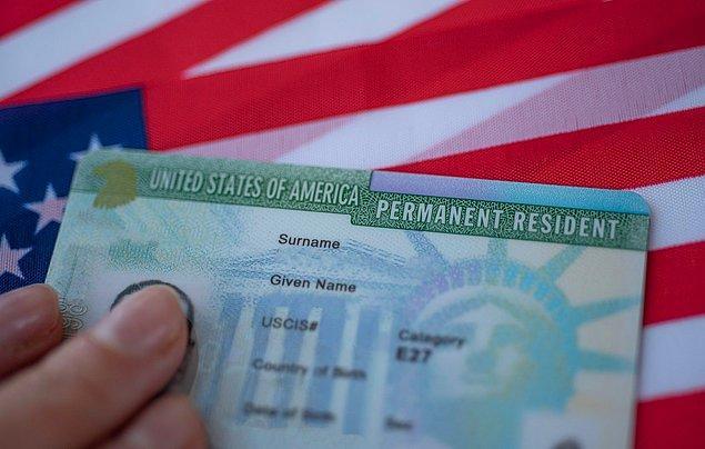 Amerika Birleşik Devletleri ülkelerinde nüfus çeşitliliğini sağlamak adına her yıl kalıcı göçmen vizesi yani Green Card kurasıyla ikamet hakkı tanıyor.