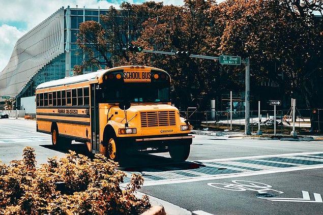 """15. """"Okul servisi durduğu zaman bütün trafik duruyor, ilk gördüğümde çok şaşırmıştım."""""""