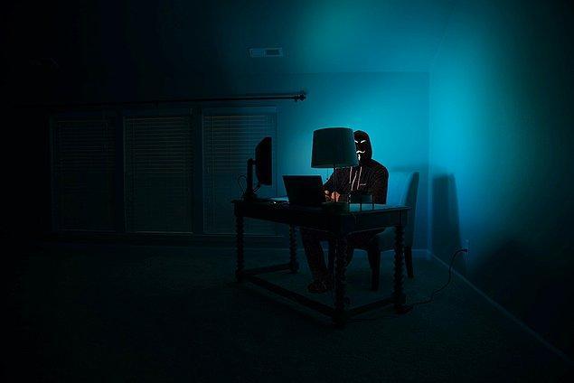 (Deep Web'den bahsederken hacker fotoğrafı kullanmak zorunlu olduğu için biz de şöyle bir fotoğraf kullanalım.) 👇