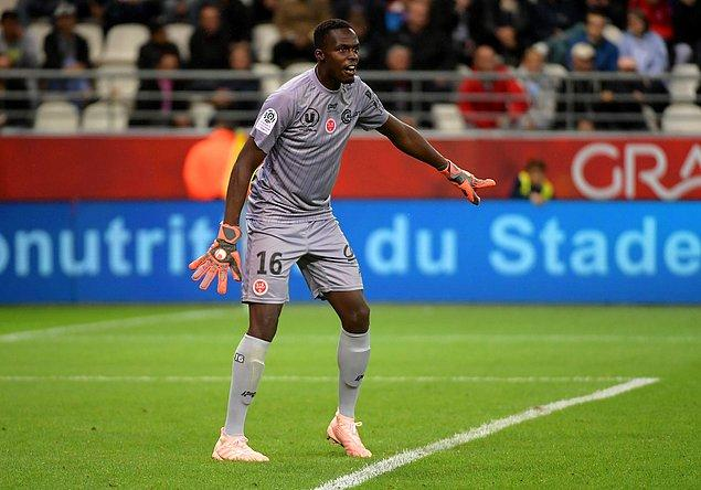Kendini göstermeyi başardı ve 2. lig takımı Reims 2016'da ona yedek kaleci olarak bedelsiz imza attırdı. O sene sadece 8 maçta oynadı.