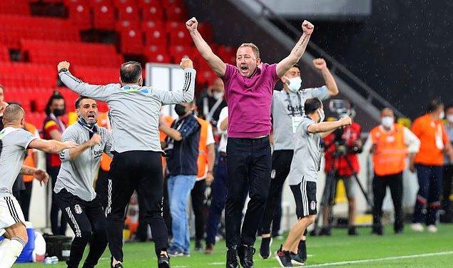 Geçtiğimiz gün Göztepe'yi 2-1 yenen Kara Kartal, 2020-21 sezonunu şampiyon olarak tamamlamıştı. Oyuncular ve Sergen Yalçın şampiyonluğun tadını doyasıya çıkardı haliyle.