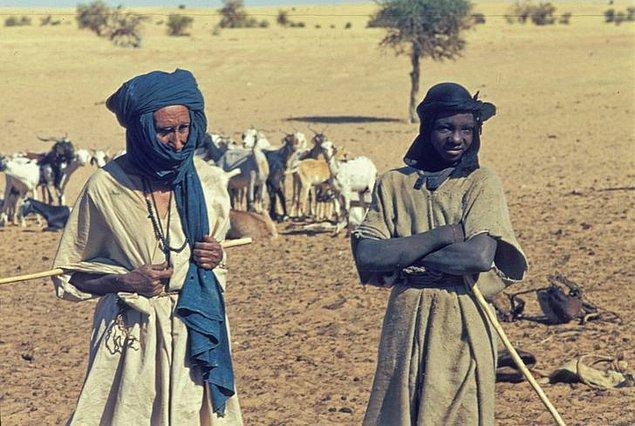 1. Etnik Berberi bir grup olan Tuaregler'in kendi ülkeleri bulunmuyor ve Sahra Çölünde yaşıyorlar.