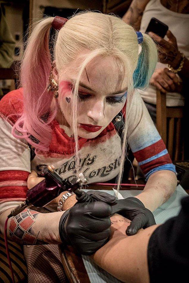 6. Margot Robbie'nin SKWAD dövmesi ise ayağının altındaymış...