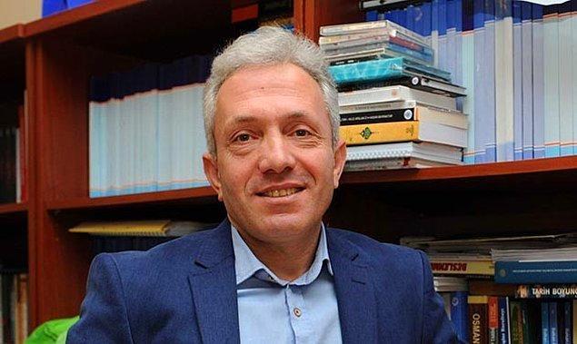 """Ebubekir Sofuoğlu'nu isim olarak hatırlamayanlar """"Üniversiteler fuhuş evi"""" açıklamasından kendisini anımsayacaktır. Sofuoğlu Sakarya Üniversitesi'nde akademisyen, tarih profesörü ve sosyoloji araştırmacısı. En azından Wikipedia'da bu şekilde yazıyor."""