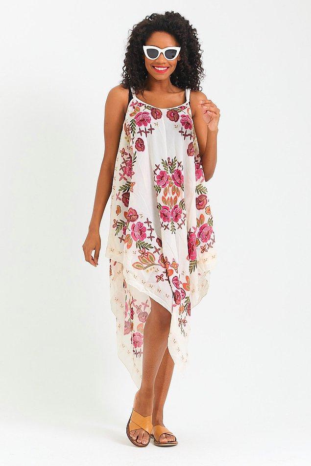 12. Çiçek desenli efil efil bir plaj elbisesi...