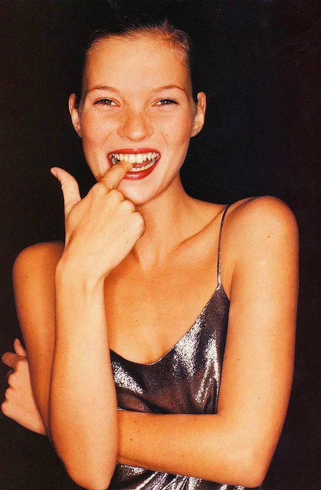 90'lı yıllarda podyumlara sıfır bedeni getiren ve sıra dışı güzelliğiyle her daim konuşulan bir güzellik: Kate Moss