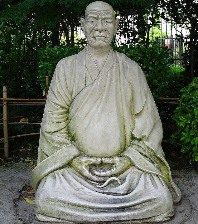 30. Çin'de yetkisiz görülen Budist rahiplerin reenkarnasyonu yasak.