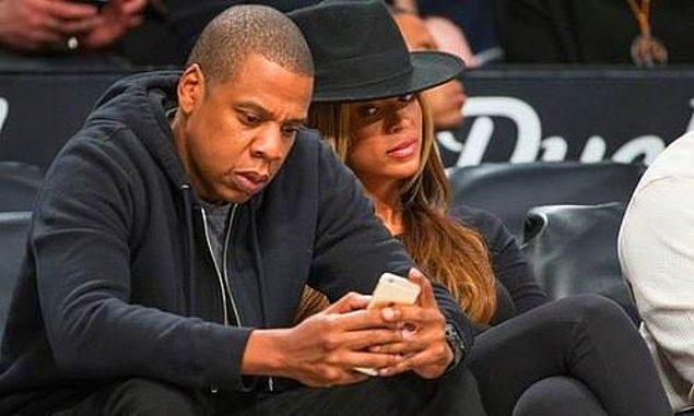 6. Başkasının telefonunu dikizlemekten de toplumca bi' vaz mı geçsek acaba? Sadece soruyorum...