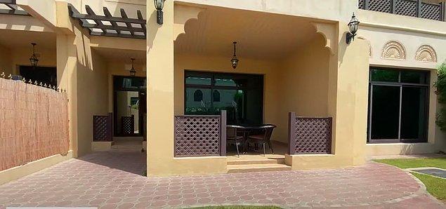 Öncelikle 5 odalı lüks villanın girişi bu şekilde. Villaya ait küçük bir bahçe var.