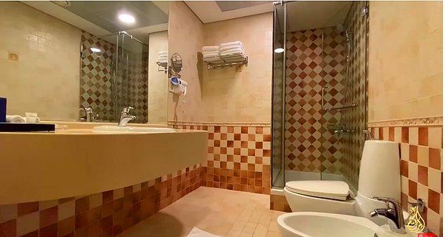 Her ne kadar videolarda evin detaylarını göremesek de Özge Peker, Instagram hesabında birçok story paylaştığı için banyoyu da görmüştük.
