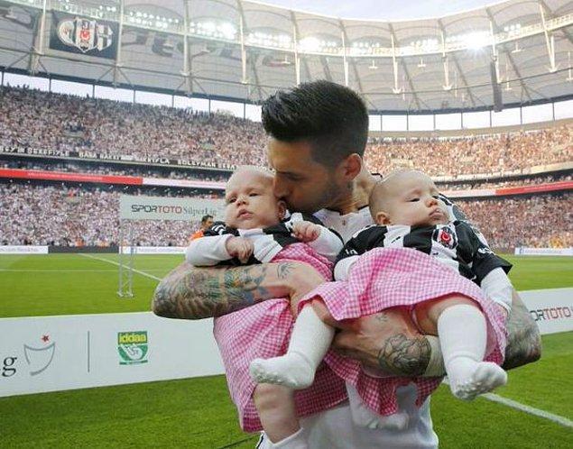 İşin ilginç yanı ise Beşiktaş'ın kazandığı son 4 şampiyonluğun tamamında Beşiktaş'ın bir futbolcusu ikiz bebek sahibi oldu.