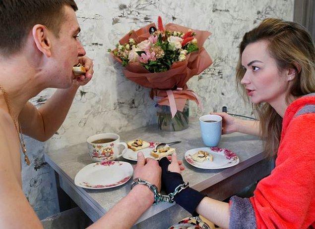 28 yaşındaki Viktoria Pustovitova ve 33 yaşındaki Alexander Kudlay, ilişkilerinin yürümediği bir dönemden geçtikten sonra Sevgililer Günü'nde aşklarını test etmeye karar vermişler ve alışılmadık bir deney yapmaya karar vermişler.