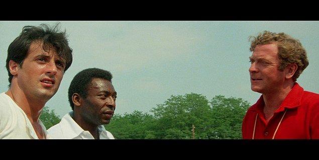 8. Sylvester Stallone Zafere Kaçış filminin setinde, dünyaca ünlü futbolcu Pele'nin penaltı atışını kurtarmak isterken gelen topun şiddetiyle 2 parmağını kırmış.
