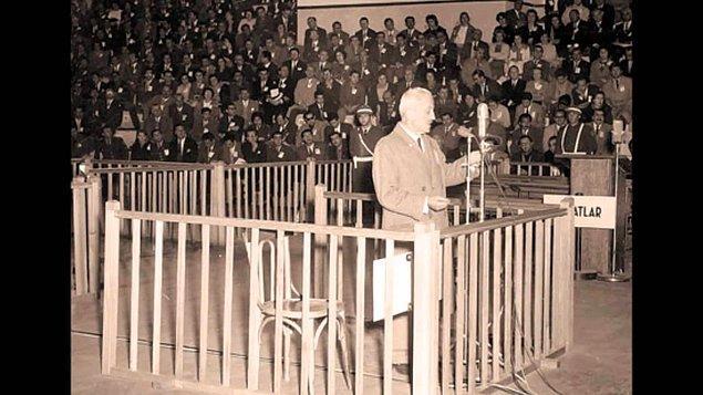 Artık Atatürk karşıtlığını gizlemeyen Necip Fazıl, işi Gazi'ye hakarete kadar götürür ve 1947'de yargılanır. Ayrıca Türk halkı bu durumu kaldıramaz ve Necip Fazıl'ı protesto eder.
