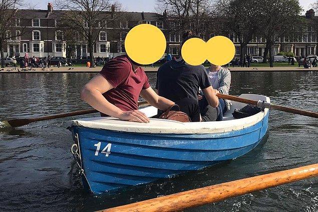 """7. """"Arkadaşım teknenin içinde oturmasına rağmen sudaymış gibi görünüyor.""""😂"""