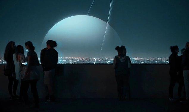 6. Uranüs; Ay'dan 15 kat büyüklüktedir. Tıpkı Neptün gibi gökyüzünün büyük kısmını görüntüsüyle kaplardı. İçindeki maddeler nedeniyle tabiri caizse ölüm gibi kokardı. Yaydığı koku Dünya üzerinde yaşayan herkesi etkilerdi. Yine yer çekimi kuvvetiyle dalgaları inanılmaz boyutlara taşırdı.