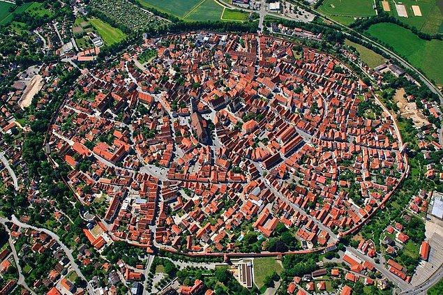 8. Günümüzde Güney Almanya olarak bilinen bölgeye yaklaşık olarak 15 milyon yıl önce bir astroid düşmüştür ve devasa bir krater oluşturmuştur.