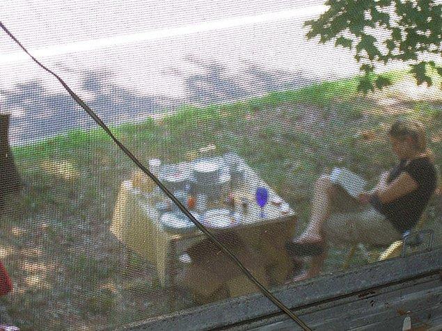 """4. """"Komşum bizi dikizliyor. Eve her geldiğimde dışarı çıkıp bana neden 3 dakika geç kaldığımı ya da erken geldiğimi soruyor."""""""