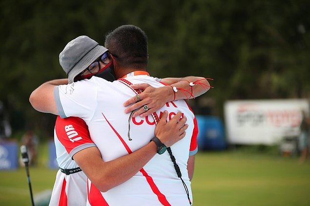 Rakibini 6-0'lık skorla yenen ve Avrupa şampiyonu olan Mete Gazoz, sevincini milli takım teknik direktörü Yusuf Göktuğ Ergin'e sarılarak yaşadı.