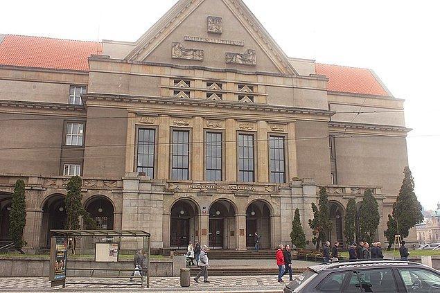 17. Avrupa'nın en eski üniversitesi Prag'da kurulmuştur.