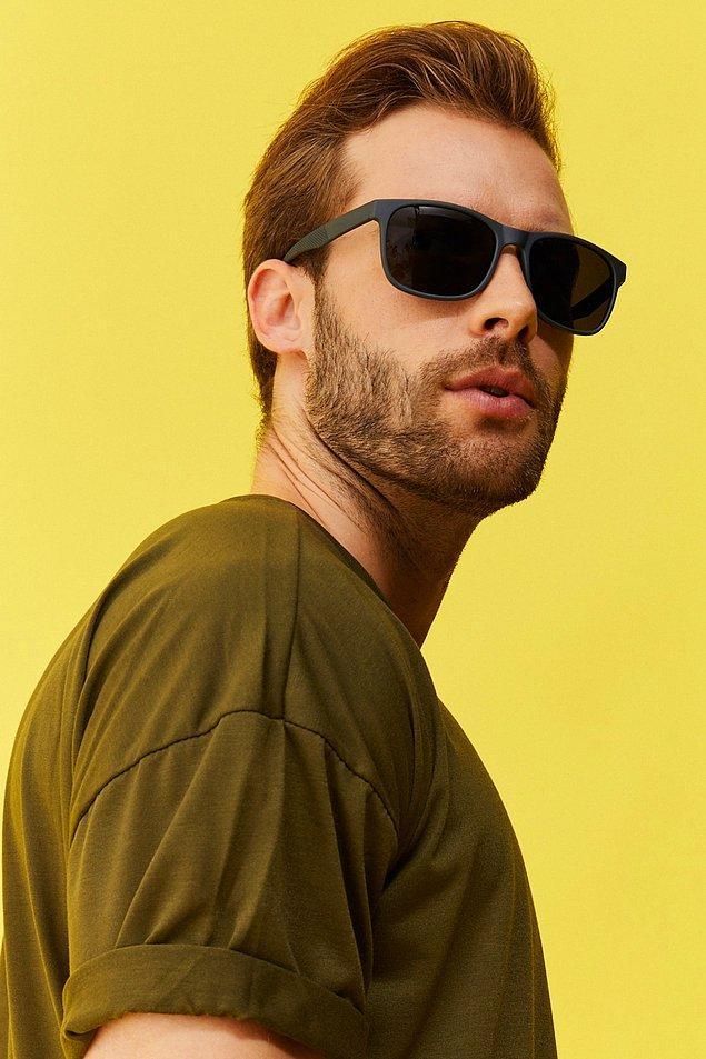 7. Güneş gözlüğü her erkeğe karizma katar.