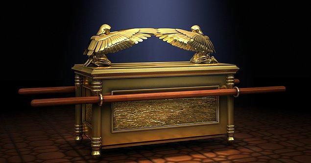 İşte, Tevrat'a göre Tanrı Musa'ya On Emir'i verdikten sonra ona bir görev daha bildirir.
