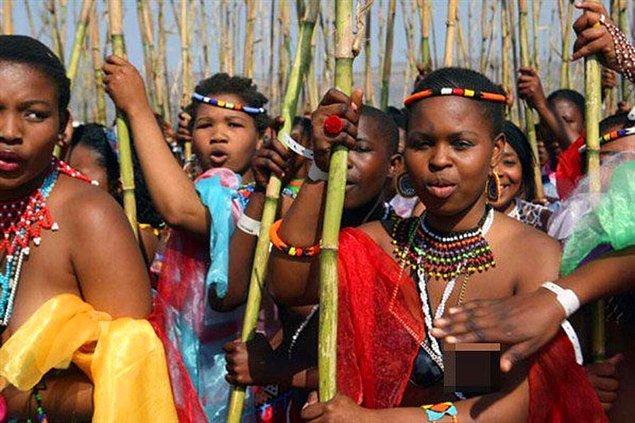 3. Afrika'da bir kabilede, düğün sonrası gelin ve damat yalnız bırakılmıyor, onlara gelinin annesi eşlik ediyor.