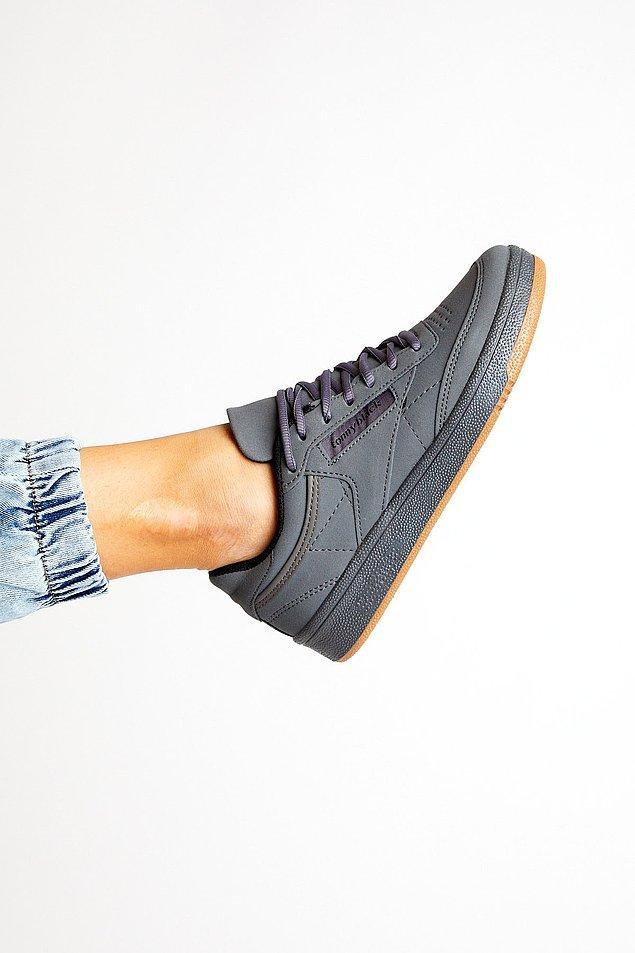 3. Gri spor ayakkabılar